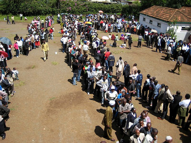 Kenyans in line to cast their ballot in the 2007 election.